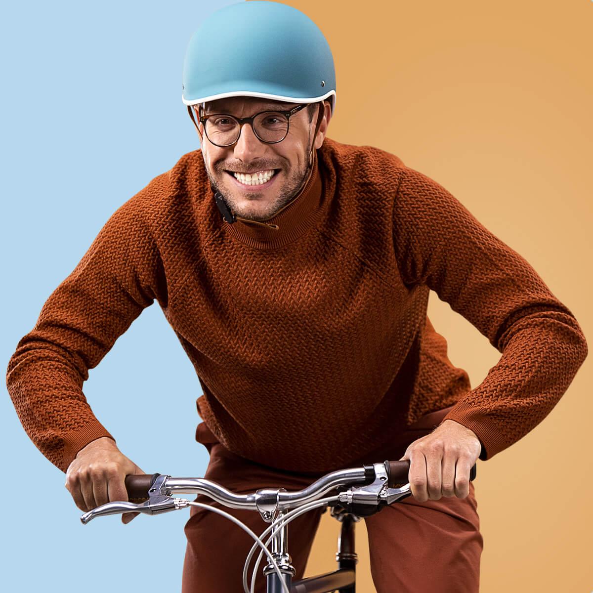 Nadšený muž jedoucí na kole